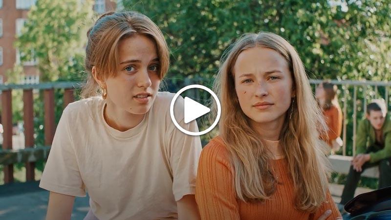 Billede af unge mennesker. Billedet linker til en film om Digital Post og unge. Filmen åbner i nyt vindue.